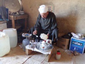 Hagg Saíd chodí do domečku na vykopávkách vařit egyptologům čaj a svačiny - Foto: Jan Macháček