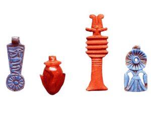 Zleva: fajánsové závaží, karneolové srdíčko, pilíř džed, keramická květina