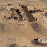 Pohled na Kairesovu hrobku AC 33 z Neferirkareovy pyramidy (c) Český egyptologický ústav FF UK