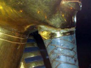 Tutanchamonova maska byla poškozena - zaměstnanci Egyptského muzea v Káhiře použili pro připevnění vousu epoxidové lepidlo.