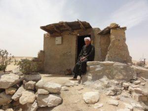 Hagg Saíd u svého domečku na vykopávkách v Abusíru - Foto: Jan Macháček