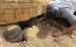 Sarkofágy v Luxoru obsahují mumie kněžích, kněžek a dětí, kteří žili během 22. dynastie, jež vládla přibližně v letech 945 až 715 před naším letopočtem. FOTO: Ministry of Antiquities