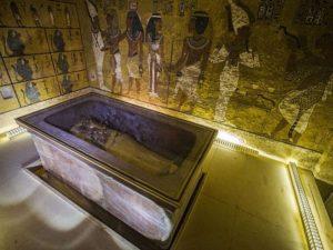 Sarkofág krále Tutanchamona vystavený v jeho pohřební komoře, Údolí králů. Autor: AFP