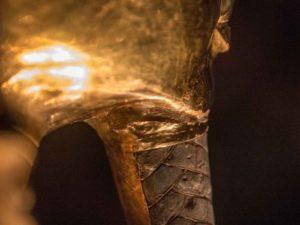 Lepidlo bylo aplikováno příliš hustě, což je dobře viditelné zejména na levé straně masky. Právě tam zůstalo několik škrábanců po snaze zaměstnanců lepidlo z masky odstranit.