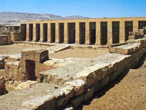 Druhé nádvoří chrámu a portikus