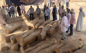 Dřevěné sarkofágy v Luxoru obsahují mumie kněžích, kněžek a dětí, kteří žili během 22. dynastie, jež vládla přibližně v letech 945 až 715 před naším letopočtem. FOTO: Ministry of Antiquities