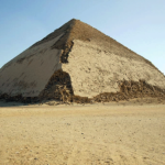 Severozápadní pohled na Lomenou pyramidu