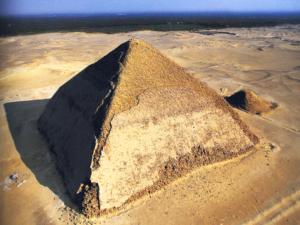 Letecký pohled na Lomenou pyramidu