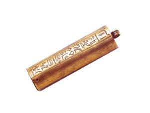 Přívěšek, do kterého se ukládaly amulety, se jménem Šak. Je do něj vyryto několik proseb o ochranu.
