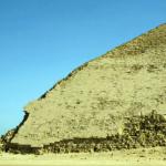 Zkrácená západní strana Lomené pyramidy