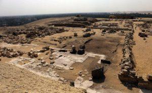 Jižní část královnina pyramidového komplexu, který sousedí se zádušním chrámem krále Džedkarea. Na dochovaných částech dlažby lze jasně rozeznat různé místnosti a chodby - FOTO: Peter Jánosi