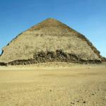 Pohled na celou západni stranu Lomené pyramidy