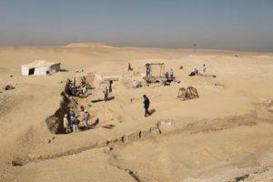 Pohled na místo, kde došlo k objevu člunu (© Archiv Českého egyptologického ústavu FF UK, L. Jirásková)