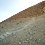 Schodiště na severní straně Červené pyramidy