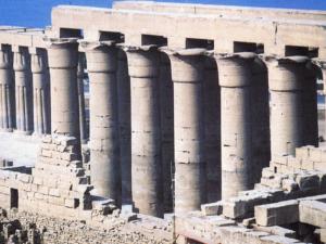 Luxorský komplex Amenhotepa III. - pohled na jedno křídlo otevřeného sloupového dvora.