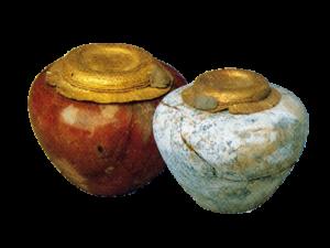 Zapečetěné vázy - vlevo karneol a zlato, výška 4,2cm a průměr 6,5cm; vpravo dolomit a zlato, výška 7,2cm a průměr 10,5cm (hrobka krále Chasechema)