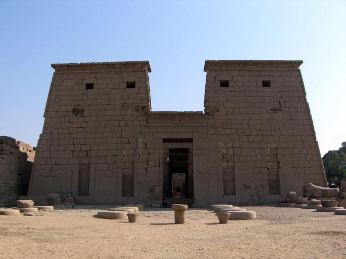 Chonsuův chrám v Karnaku