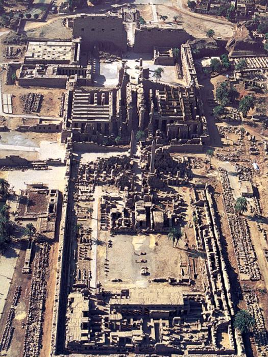 Nádvoří ze Střední říše v Karnaku