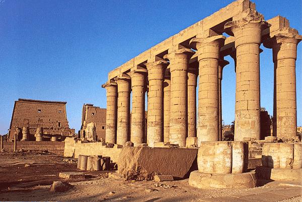 Kolonáda Amenhotepa III. v Luxoru