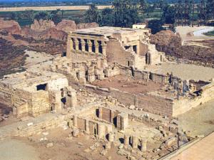 Trosky chrámu bohyně Hathor v Dendeře dnes