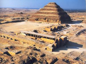 Stupňovitá pyramida a detailnější pohled na její okolí v komplexu faraona Džosera v Sakkáře.
