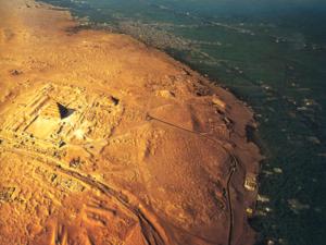 Sakkára je ohromná nekropole, jejíž nejvýznamnější památkou je nepochybně komplex faraona Džosera se stupňovitou pyramidou.