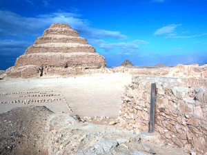 Džoserova pyramida nestojí osamocena, ale je součástí komplexu o rozloze téměř 15 ha.
