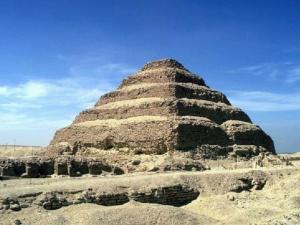 Džoserova stupňovitá pyramida v Sakkáře