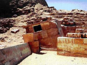 Serdab byla malá uzavřená místnost přiléhající k pyramidě, v níž byla umístěna socha zesnulého. Ten odtud mohl komunikovat s vnějším světem díky dvěma průzorům ve výši očí.