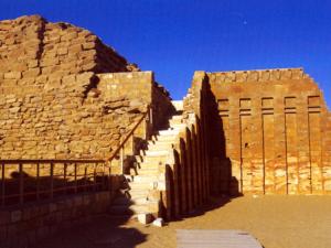 Zbytky nadzemní části Jižní hrobky (na zdi je patrný vlys kober)