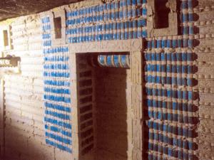 Z modrozelených fajánsových kachlíkůna stěnách podzemních komor Jižní hrobky zůstala jen malá část.