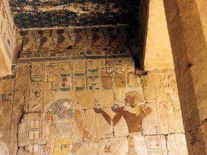 Chrám královny Hatšepsut v Dér el-Bahrí – přinášení obětin Horovi.