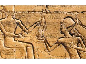 Ramesse II. před Amonem (sloupová síň v Karnaku (Ipetisut).