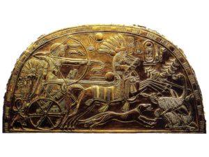 Detail držáku Tutanchamonova vějíře s bojovým vozem