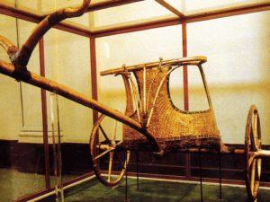 Tutanchamonův vůz ze dřeva a zlata nalezený v jeho hrobce