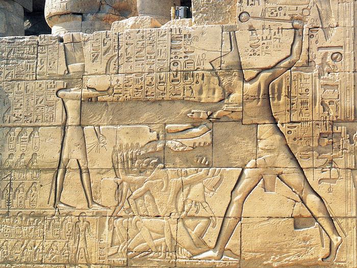 Reliéf z chrámu v Karnaku (Ipetisut) zachycuje Sethi I. v tradičním postoji faraona - rozbíjejícího hlavy svých nepřátel.