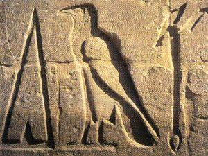 Monumentální hieroglyfy na základech Amon-Reova chrámu v Karnaku (Ipetisut).