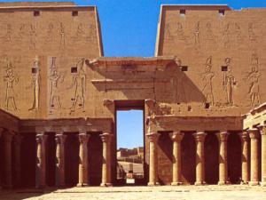 Horův chrám v Edfu - nádvoří