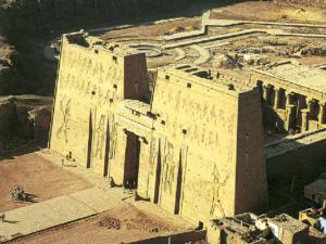 Horův chrám v Edfu - letecký pohled na pylon