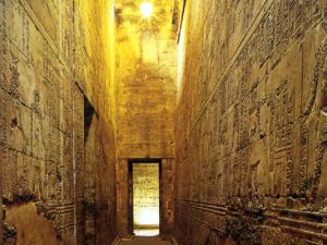 Horův chrám v Edfu - chodba v chrámu