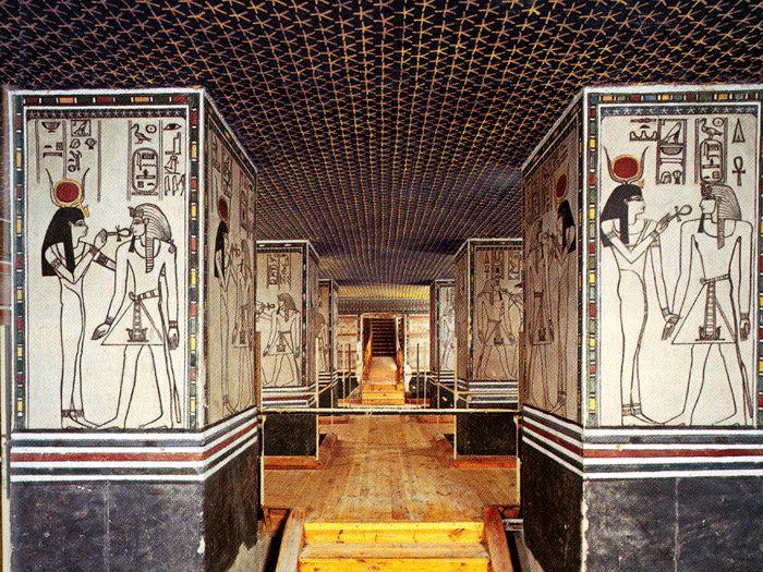 Pohřební komora s pilíři, na kterých je Amenhotep II. vždy ve společnosti jednoho božstva.