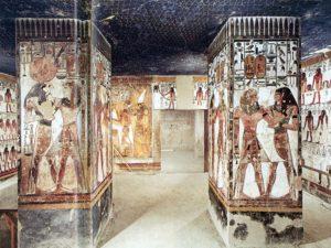 Místnost se čtyřmi pilíři – na každém je znázorněn Sethi I. v doprovodu božstva.