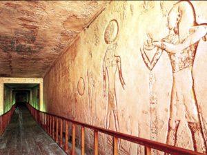 Výzdoba pravé stěny chodby B – Ramesse VI. obětuje kadidlo Reharachtejovi a Usirovi