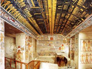 Pohřební komora s fragmenty sarkofágu