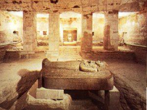 Antropomorfní víko sarkofágu.