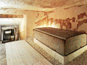 """Víko sarkofágu z místnosti """"H"""""""