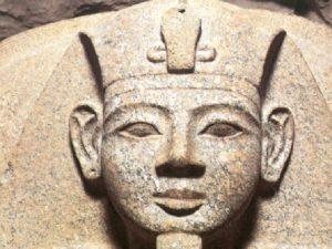Detail víka merenptahova sarkofágu v pohřební komoře.