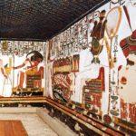 Levá stěna vedlejší místnosti pohřební komory