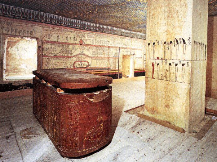 Pohřební komora hrobky faraona Thutmose III. KV 34 se sarkofágem