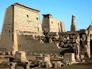 Ohromný Amónův chrám v Luxoru (Ipetresejet) začal stavět Amenhotep III. a stavba pokračovala ještě za vlády jeho nástupců - Tutanchámona, Ramesse II. a Nechtebofa. Poslední dostavby nesou data z období nadvlády Alexandra Velikého a Římanů. Muslimové vystavěli na jednom z chrámových nádvoří mešitu Abu el-Haggag.